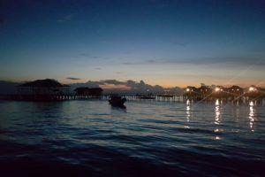 anochece en Derawan
